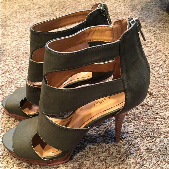 Nine West Shoes - Nine West green heels- very little wear