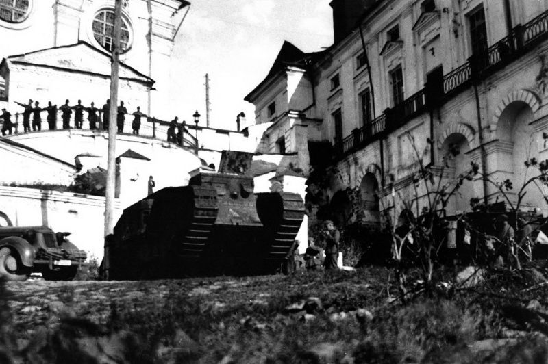 German soldiers considered the Holy Assumption Cathedral in Smolensk and standing beside him British tanks Mk V 'Ricardo' World War, set as monuments. In 1938, the tanks 'Ricardo' in the amount of 14 pieces were transferred from the warehouses of the Red Army City: Smolensk, Rostov-on-Don, Kharkov, Leningrad, Kiev, and Vorochilovgrad Arkhangelsk to use them as historical monuments of the Civil War.