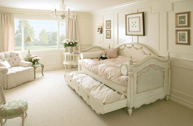 un canapé blanc de style shabby chic dans le salon clair ...