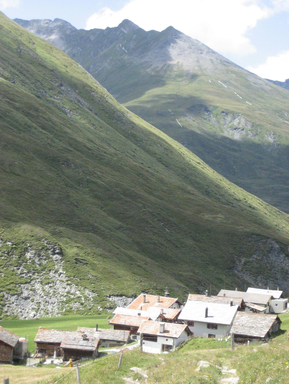 Blick auf die hübsche Walsersiedlung Juf im Kanton Graubünden