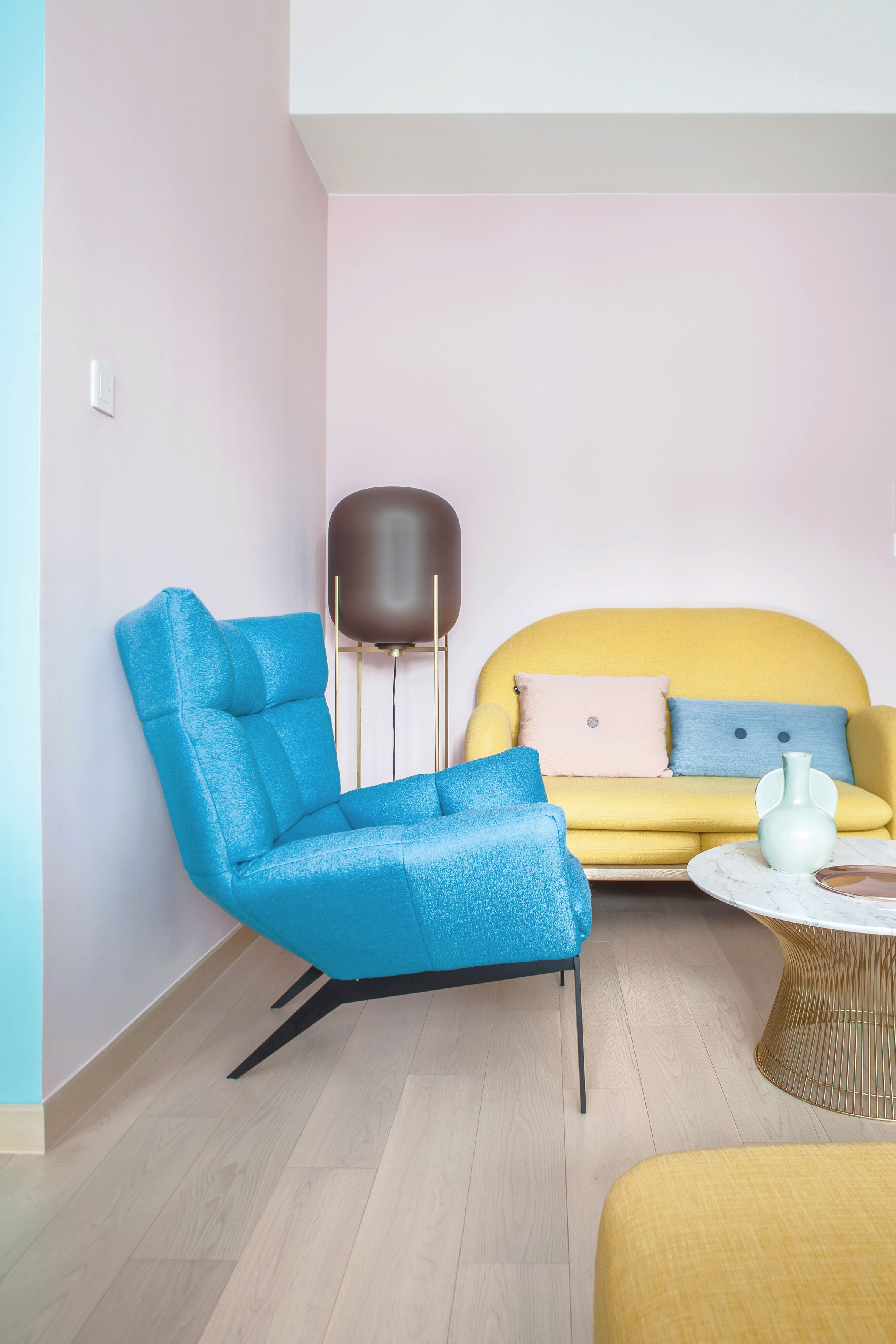 Home-office-design-ideen in the openplan dining and living area soft pink walls have been