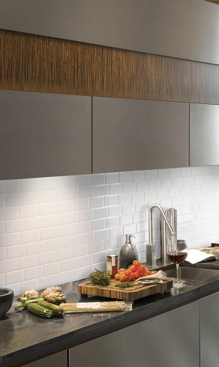 Ein Kleines Badezimmer Mit Deckenleuchten Weissem Fliesenboden Ein Rundes Wasc Smart Tiles Mosaic Wall Tiles Mosaic Decor