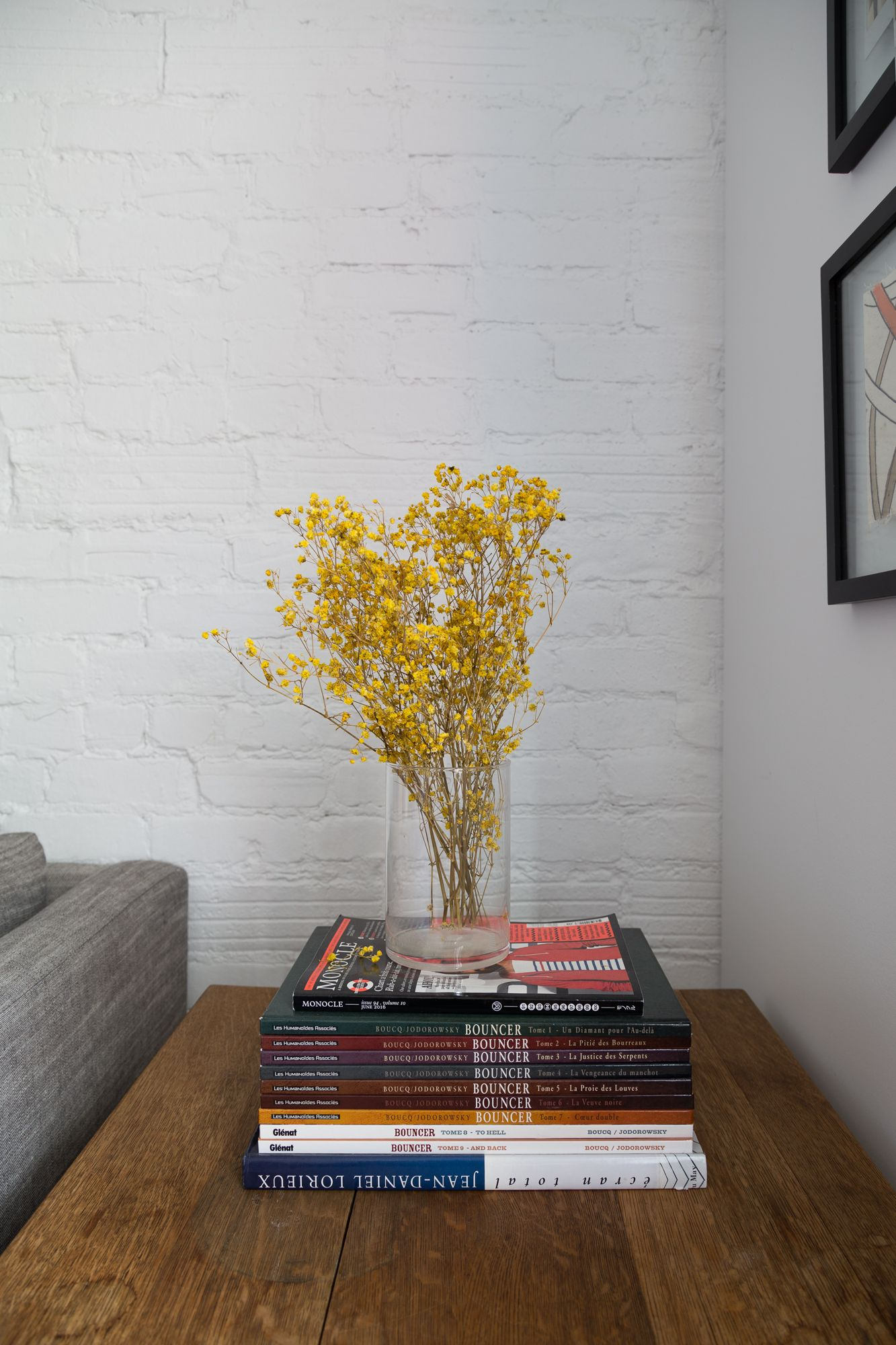 A Classic Meets Eclectic Montreal Home With Images Dried Flowers Retro Apartment Home Decor