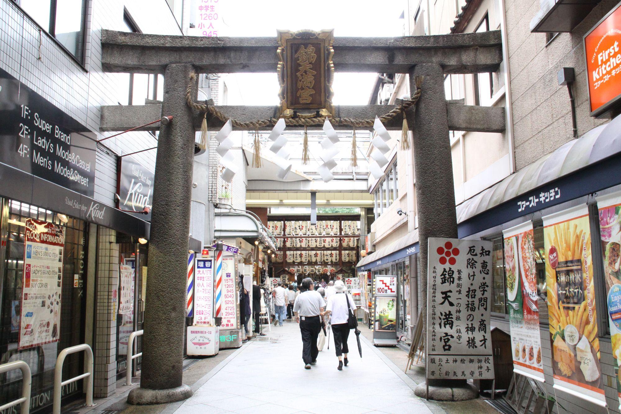 錦市場の終点にある錦天満宮の鳥居。今日もズッポリ、隣のビルに刺さってます。 京都 kyoto