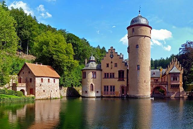 Mespelbrunn Castle Germany In 2020 Germany Castles Beautiful Castles Castle