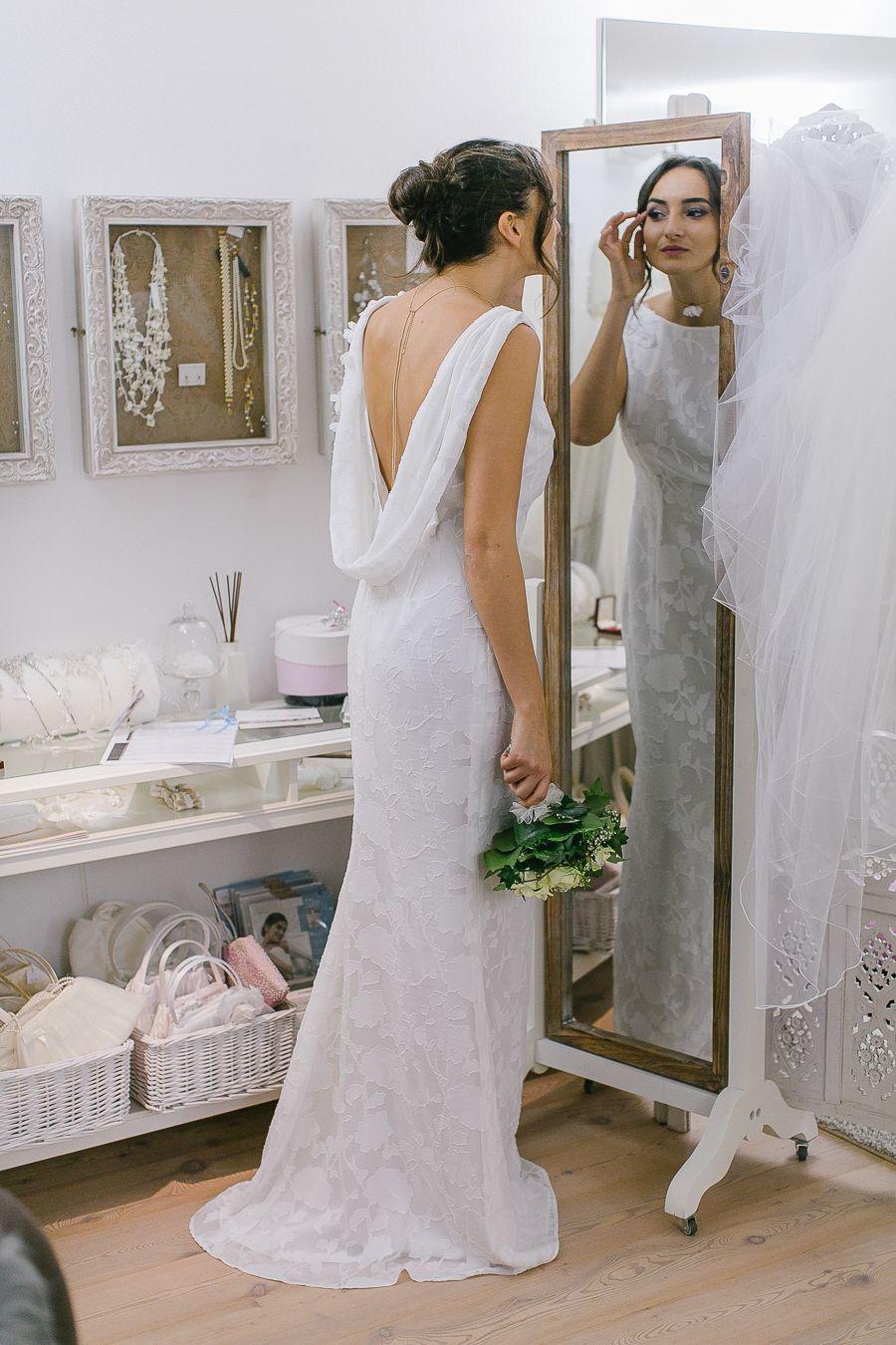 Brautkleid mit tiefem Rücken und floraler Spitze | Brautkleider ...