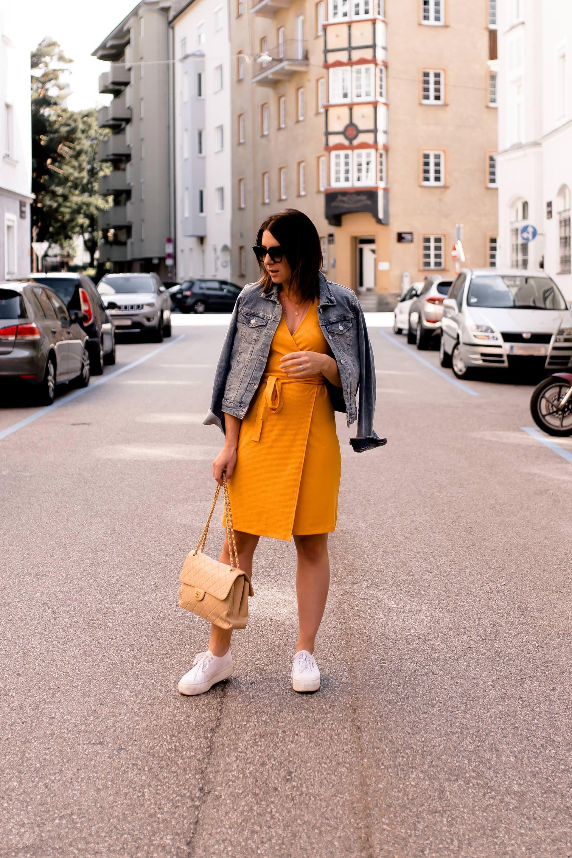 Ein gelbes Kleid kombinieren? Alltagsoutfit mit Jeansjacke ...