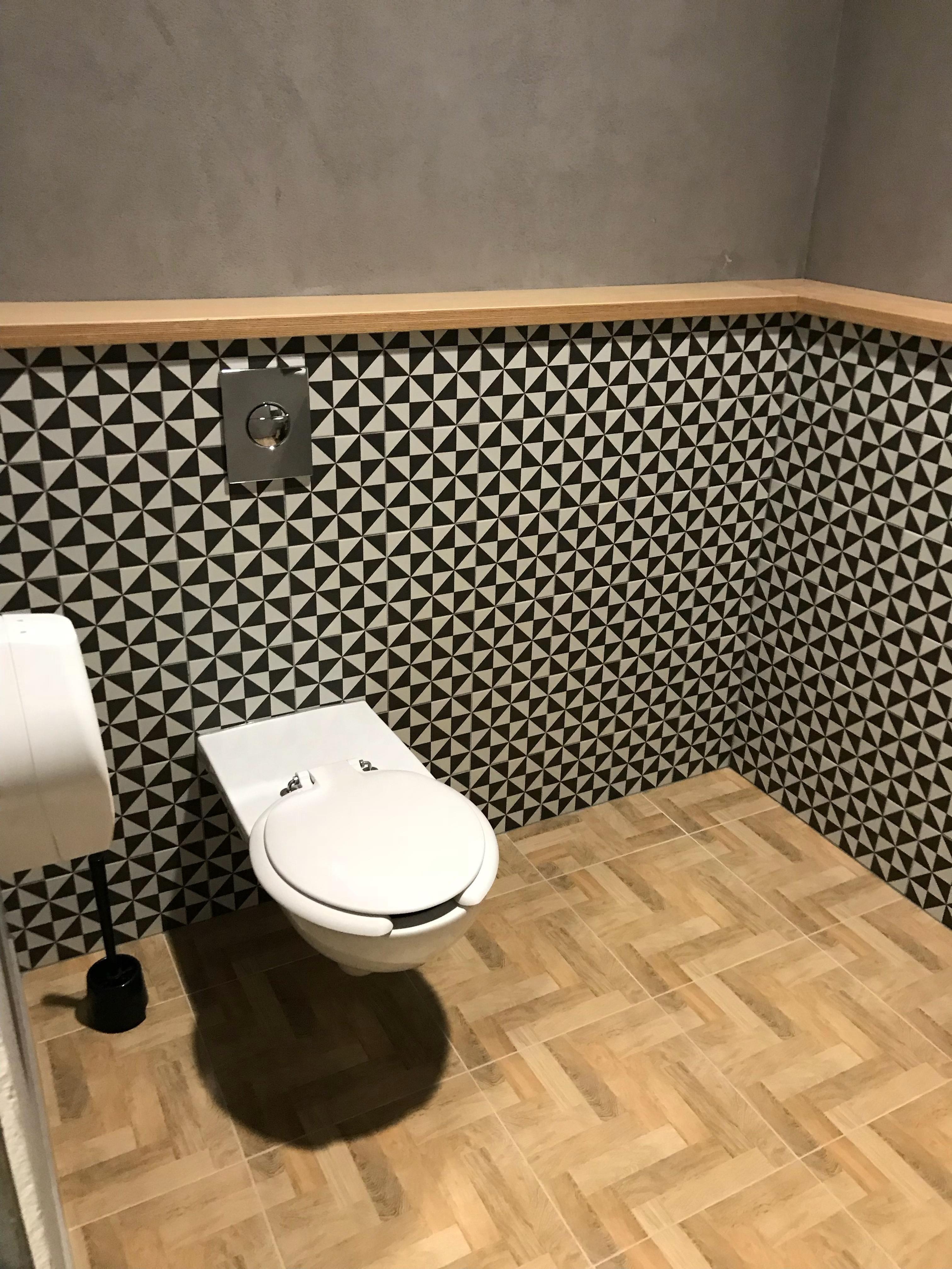 Zementfliesen Im Badezimmer Lifestyle Zementfliesen Badideen Fliesen Haus Interessant Homedesign Home Inspiratio Zementfliesen Fliesen Gaste Wc Modern