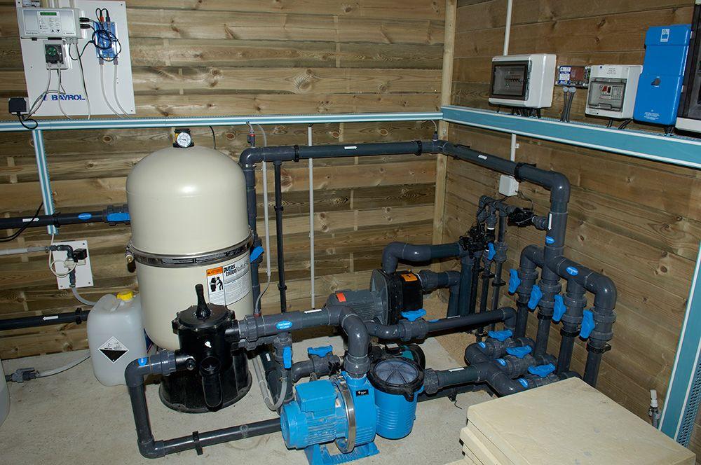 Local technique piscine avec electrolyseur AKERON , régulateur de Ph - local technique de piscine