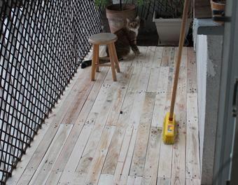 Une wood deck de balcon en bois de palette terrasse - Terrasse en palette de recup ...