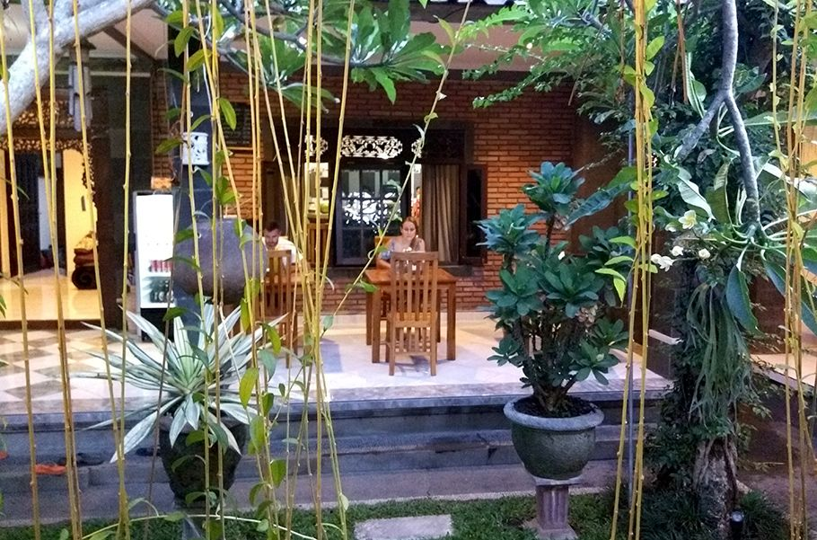 """Made Arsa Homestay [Ubud, Bali, Indonésia] """"Como será que é dentro das casas?"""" Oscostumes, gostos, estilos de vida e todo o combo que forma nossas diferenças culturais despertam uma curiosidade constante nas nossas viagens. Já falamos que morremos de amor pelo estilo Airbnb de hospedagem, mas geralmente (por opção nossa, diga-se) a casa está vazia,Continue Lendo"""