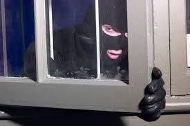 Afbeeldingsresultaat voor inbreker in huis