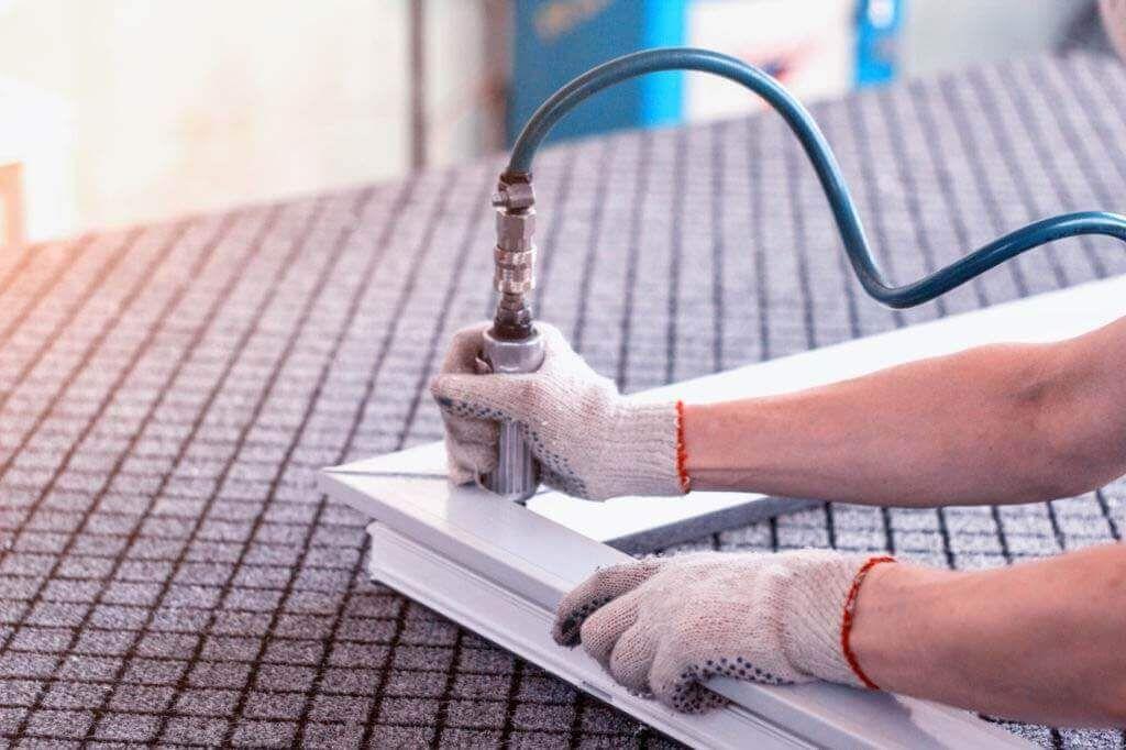 المطبخ خشب ولا الومنيوم من اكثر الاسئلة اللى بتحيرك وانت بتجهز مطبخك اعرف الفرق بيتك احلى Home Appliances Decor Vacuum Cleaner