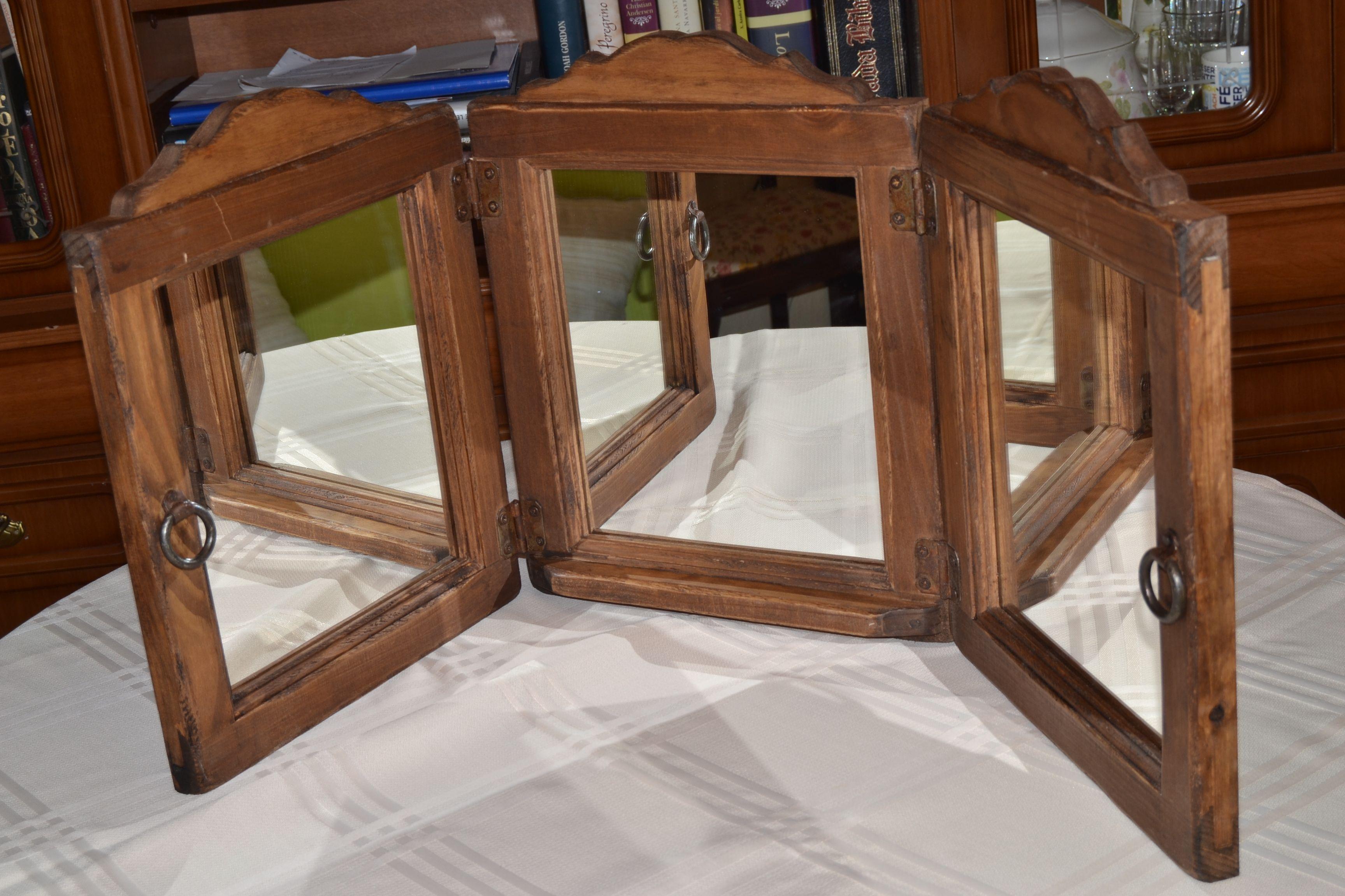 Gran marco de madera con tres espejos abatibles para poder for Espejos para banos con marco de madera