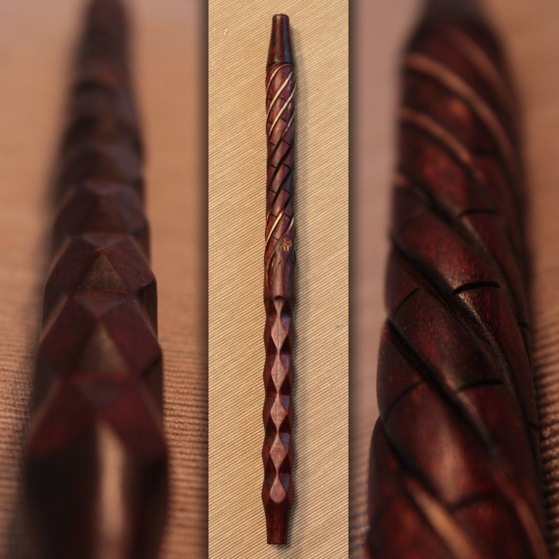 Мундштук для кальяна из дерева на основании из анодированного алюминия. Выполнен вручную с элементами резьбы. Покрыт морилками и маслом с воском