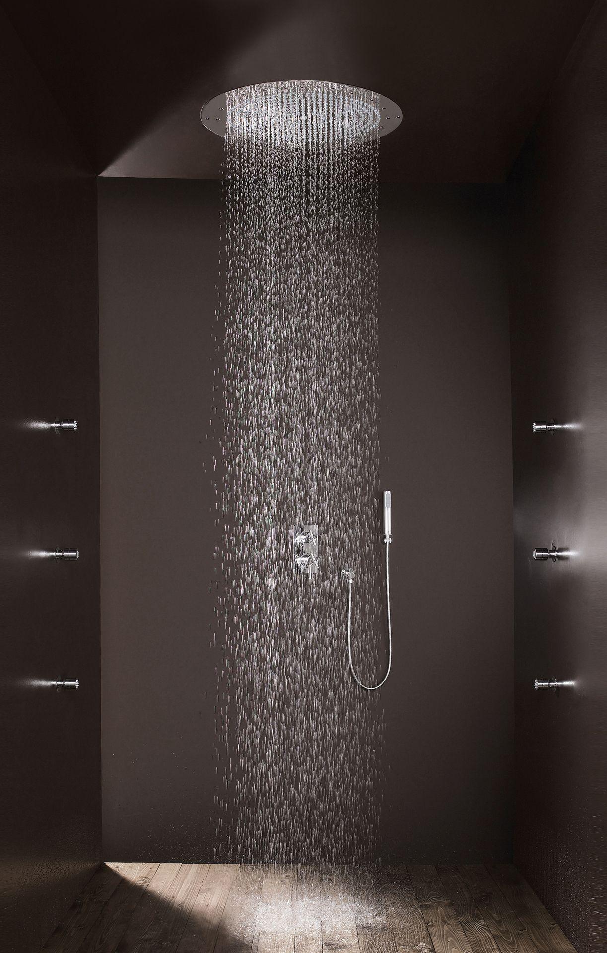 opvallend is ook de houten vloer in de douche iets dat je niet