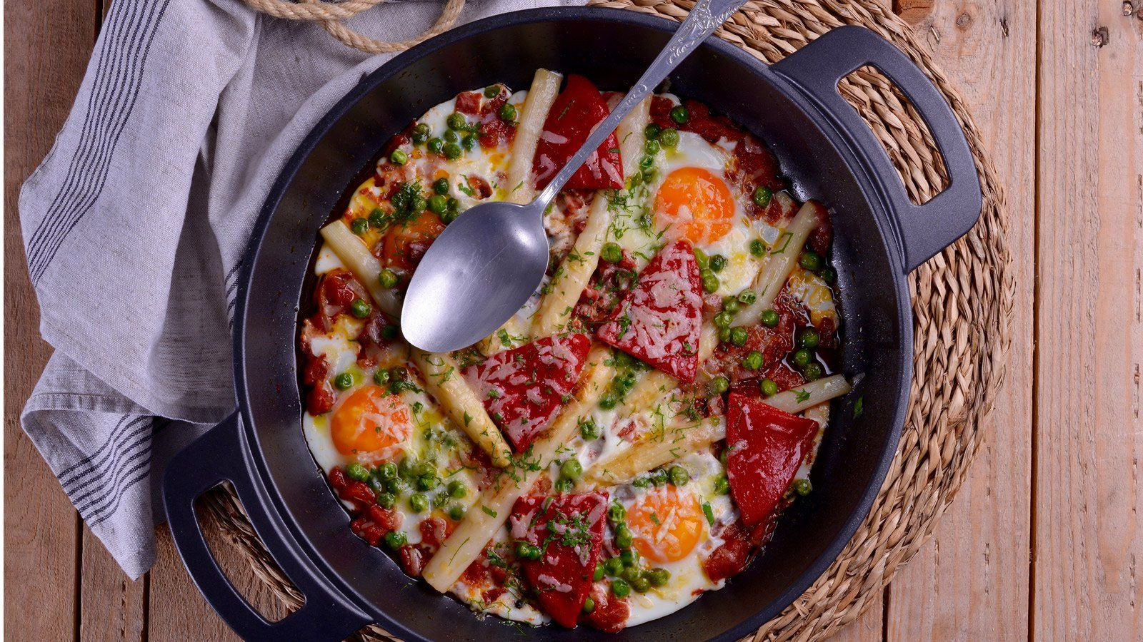 Receta Tradicional De Huevos A La Flamenca Con Picadillo De Chorizo Espárragos Guisantes Y Pimientos Del Piquillo Del Sabor De Hogar Comida Recetas De Comida