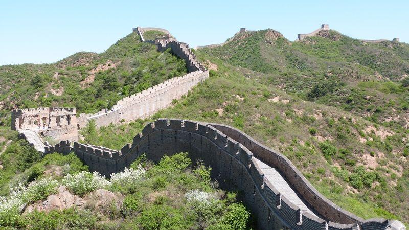 La Gran Muralla China Es Una Antigua Fortificación China Construida Y Reconstruida Entre El Siglo V China Outdoor Outdoor Structures Garden Bridge