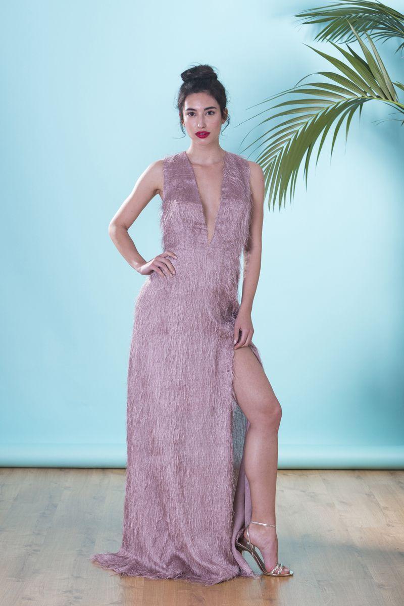 688b9fe72 Vestido de noche largo en rosa palo de flecos con abertura en la falda para  boda