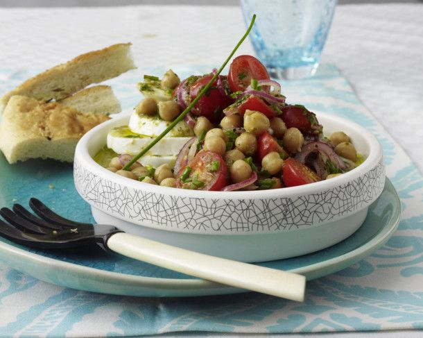 Unser beliebtes Rezept für Kichererbsen-Salat mit Mozzarella und mehr als 55.000 weitere kostenlose Rezepte auf LECKER.de.