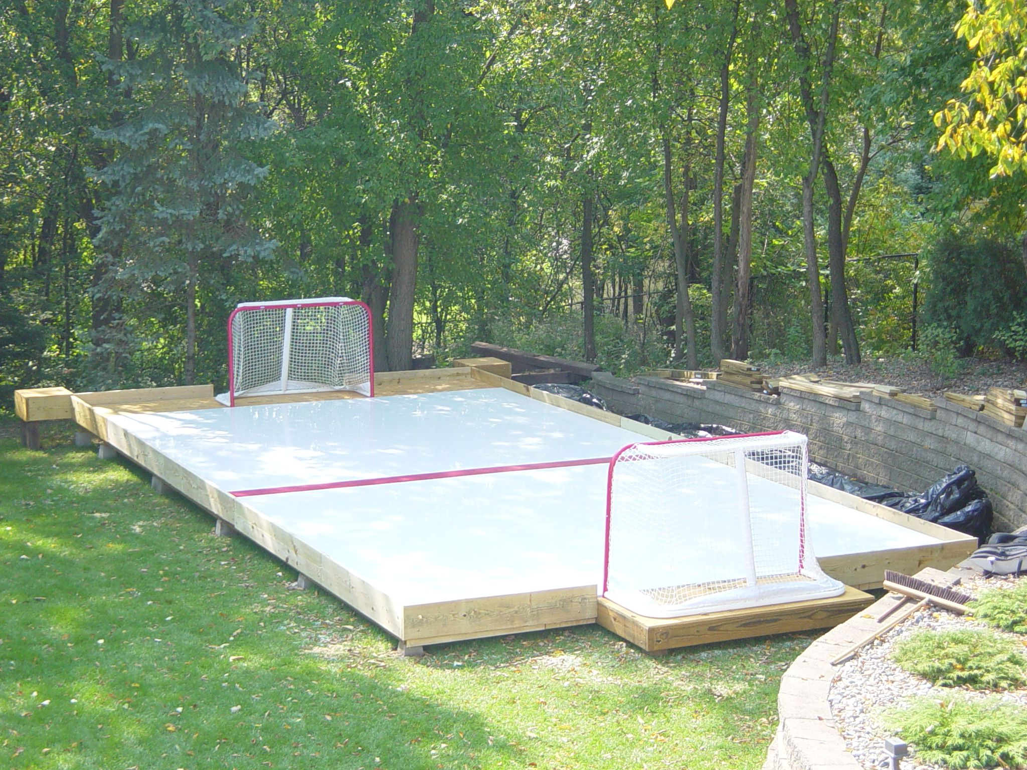 Synthetic ice hockey rink for backyard home garten for Garten pool party