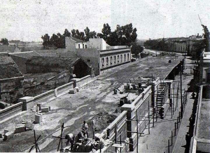 El 27 de diciembre de 1924 se inauguraba el paso ferroviario de la Puerta de la Carne, popularmente conocido como puente de los bomberos.  FUENTE: http://www.dedalocultura.com/tag/sevilla/