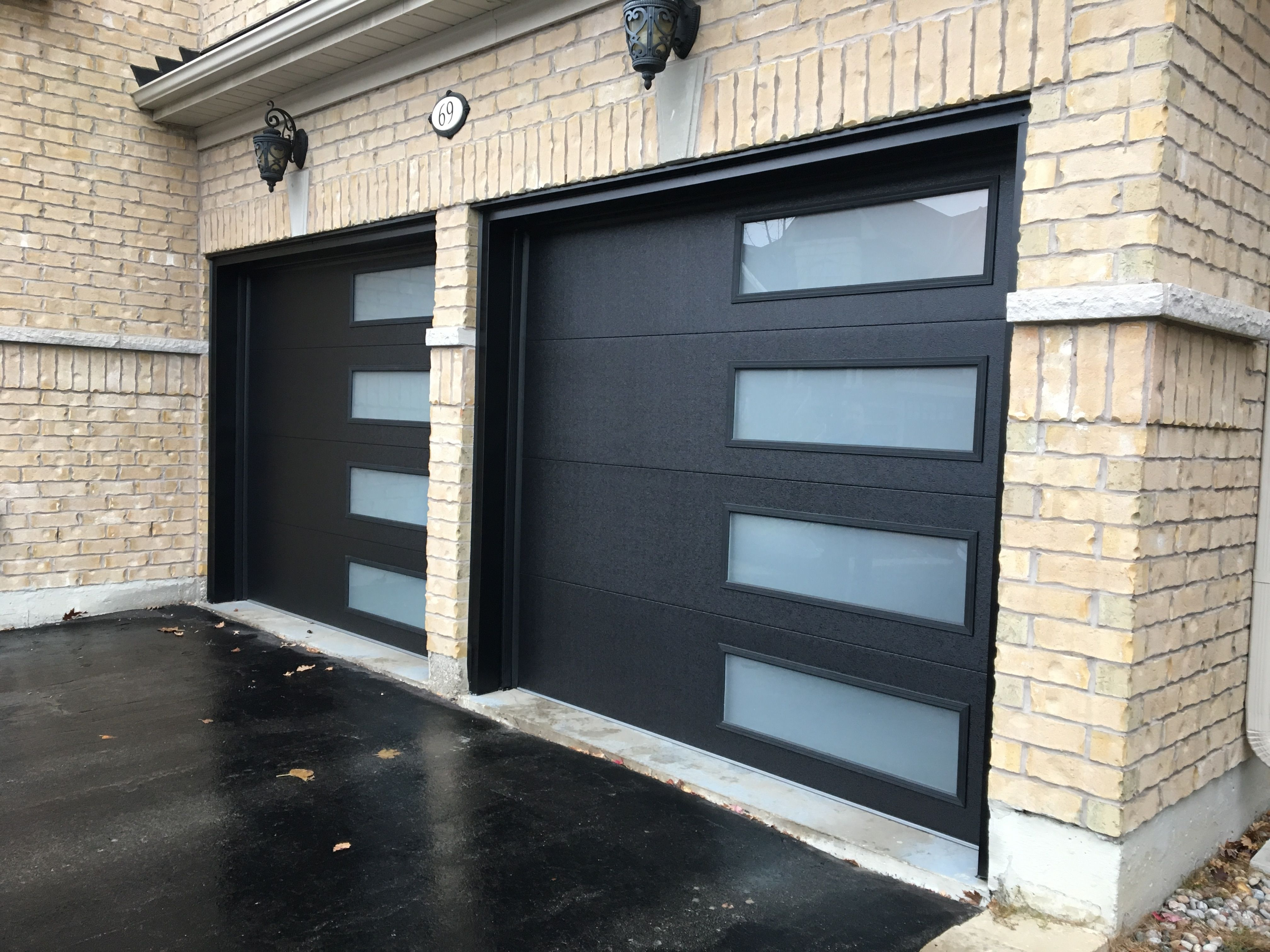 Jet Black Steel Garage Doors Have An Impressive Design With Color And Vertical Window Pattern Perfect For Contemporary O Com Imagens Portao De Garagem Casas Portas De Aco