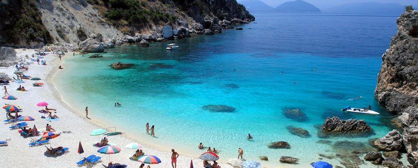 LEFKADA - Caratterizzata da acque turchine e sabbia bianca. Le spiagge più fotografate dell'isola sono probabilmente quelle di Porto Katsiki e Egremnoi, entrambe circondate da imponenti scogliere, e acque incedibili.