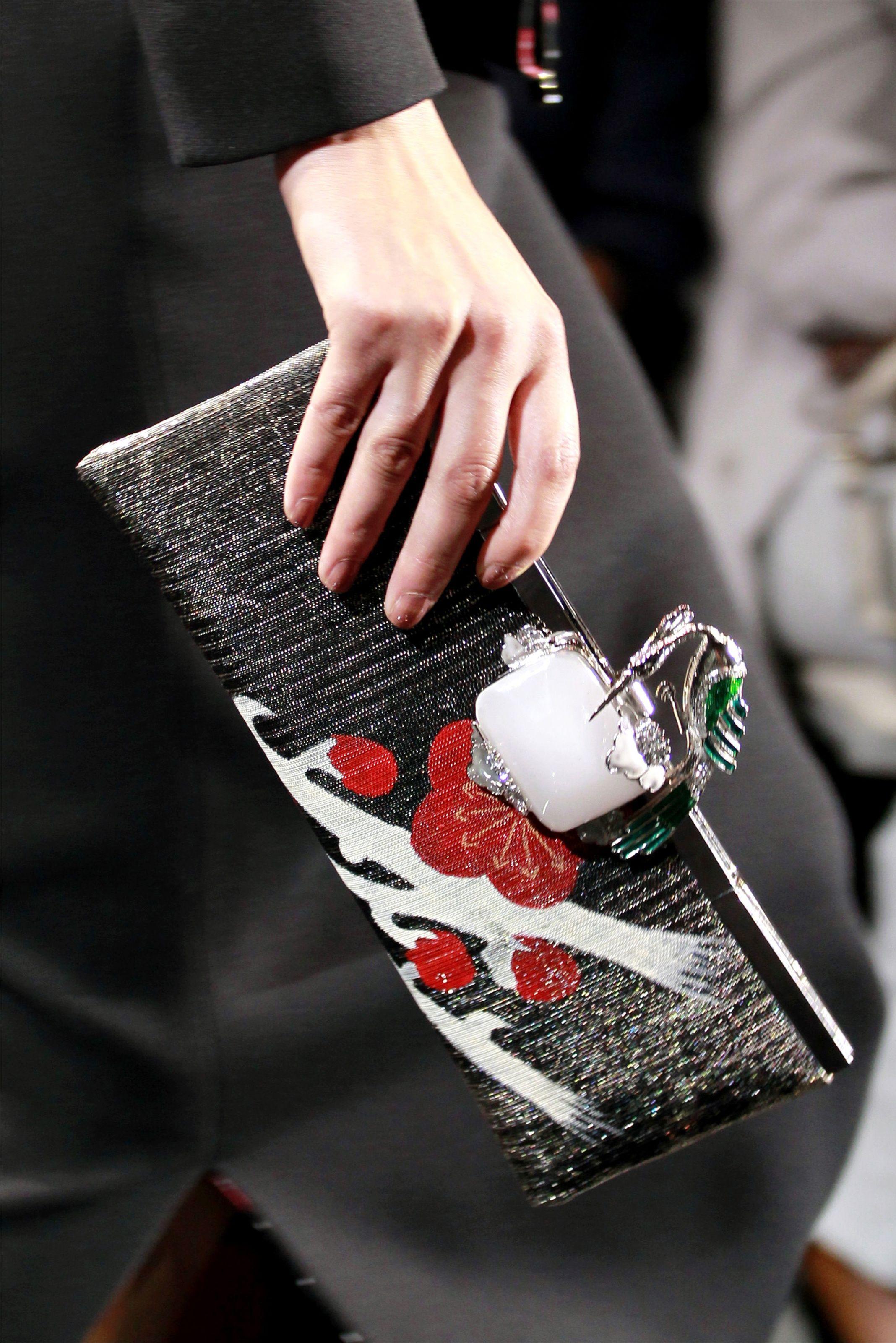 Giorgio Armani Privé Alta Moda Autunno Inverno 2011/2012 / Parigi. Jewel clutch #black #pochette #east
