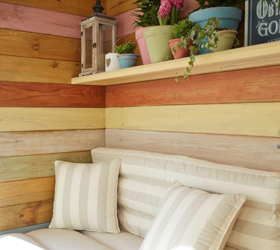 Con un friso de madera reviste las paredes y crea un banco for Paredes de madera para jardin