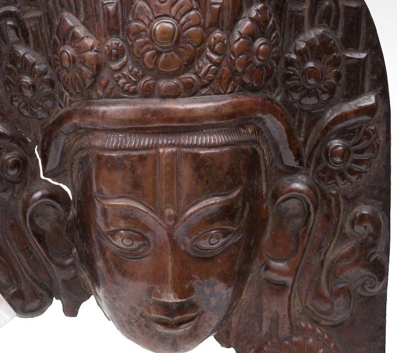 Testa di #Indra, rame sbalzato, #Kathmandu (#Nepal), XVIII secolo.  Indra, raffigurata su questa placca di rame, è la divinità induista che rappresenta il tuono, la pioggia e i fenomeni naturali. In origine essa era la dea guerriera degli Ariani, mitico popolo invasore dell'India nel II millennio a.C., ma successivamente venne integrata nel pantheon induista. H: 19 cm More info:  Website: www.arte-orientale.com Email: arteorientale.bo@gmail.com