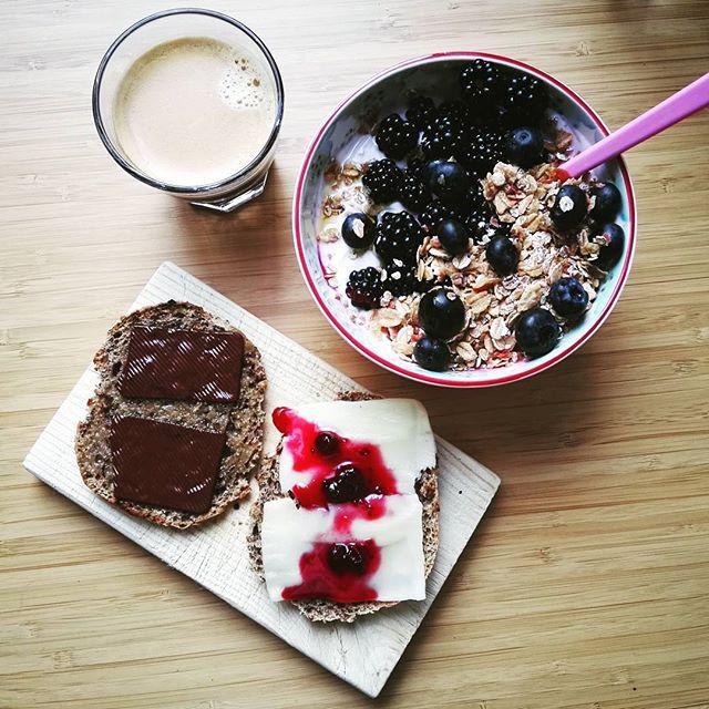 Efter 6 uger i Zambia er dette morgenmåltid guddommeligt 😍💓🎆 #bær #skyr #müsli #espresso #grovboller #smør #pålægschokolade #danskemejeriprodukterftw #foodpic #breakfast byolsen påläggschoklad ost sylt scones marmelad musli yoghurt latte