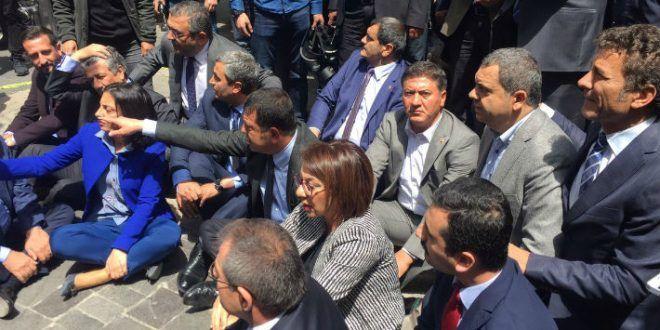 CHP'li vekiller Yüksel'de oturma eylemi başlattı