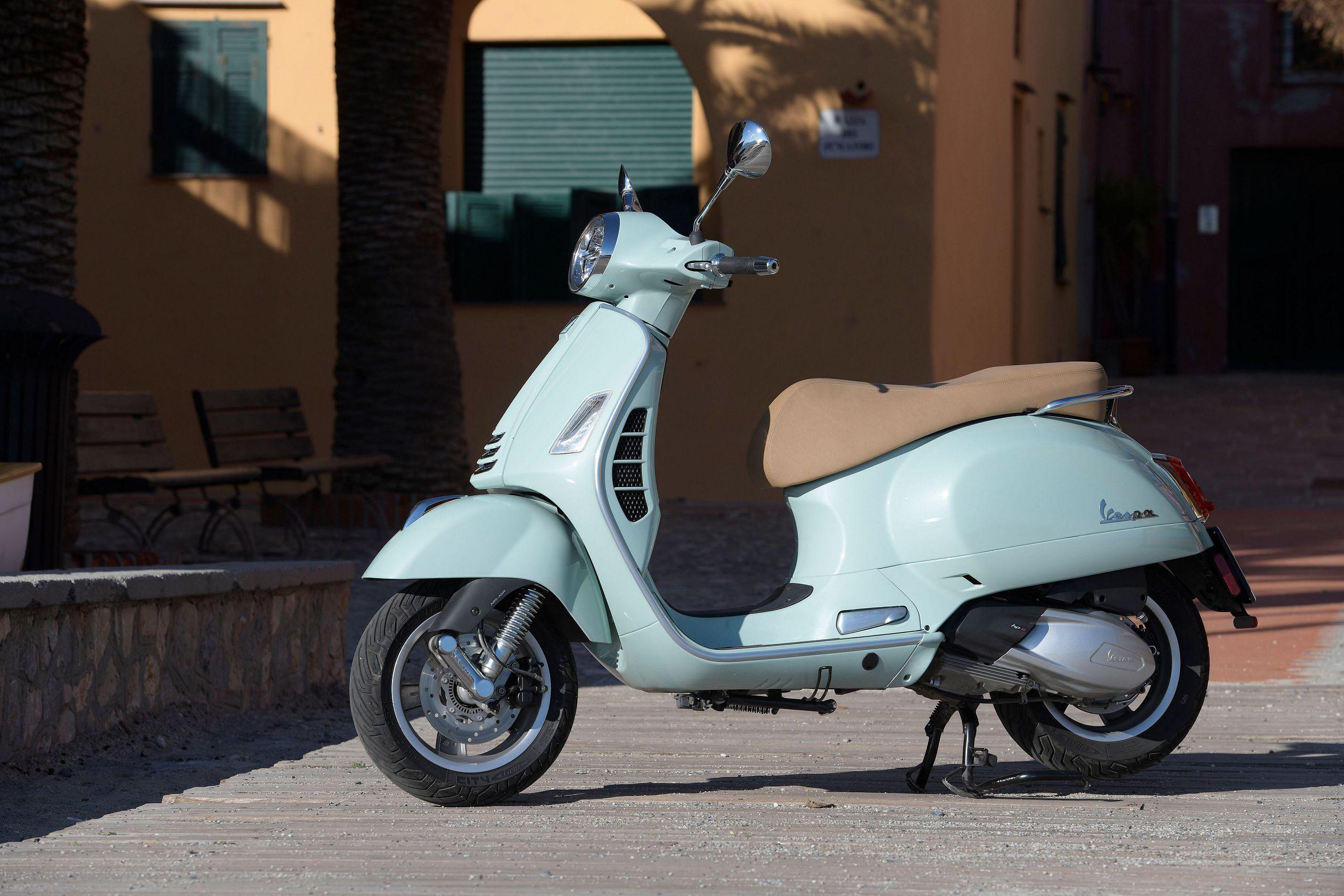 2019 2020 Vespa Gts 300 Hpe Vespa Gts Vespa Vespa Scooters