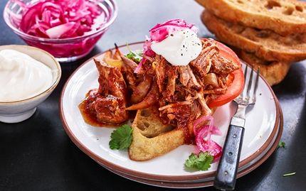 Trakk svinekjøtt med varm saus og syltet rødløk