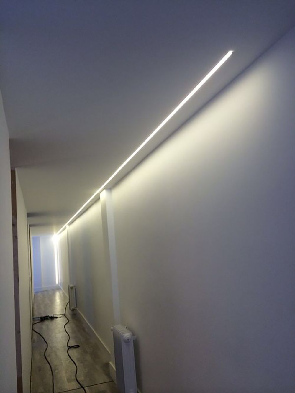 Ideas de decoraci n e iluminaci n con tiras de leds luz for Plafones pared leroy