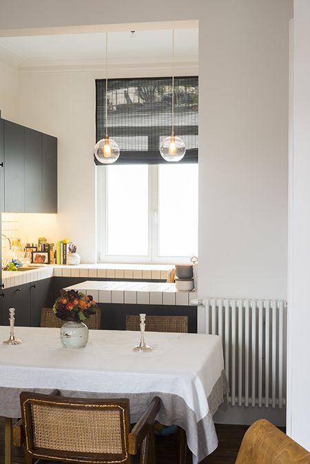 Casa del arquitecto Nicolas Schuybroek en Bruselas.En los años 40, albergó una carnicería. La conservación de elementos, como los hermosos azulejos son un bonito contraste con los muebles. Esto le da un encanto difícil de conseguir hoy en día con los nuevos materiales.