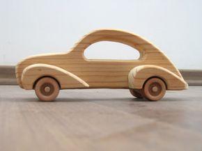 Elegante coche de juguete hecho de madera