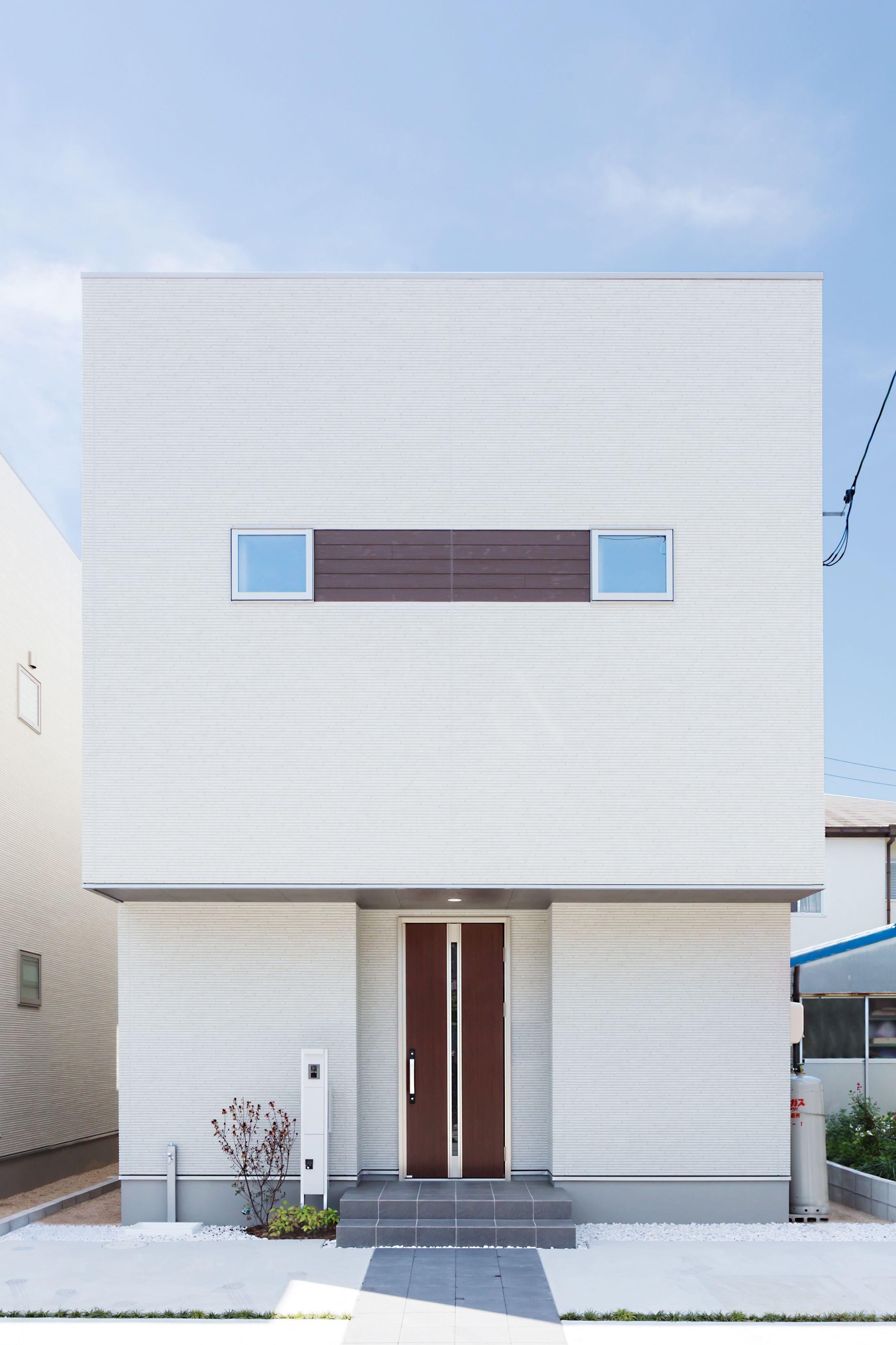 窓回りにアクセントをつけ すっきりとした白い壁の外観 家 づくり