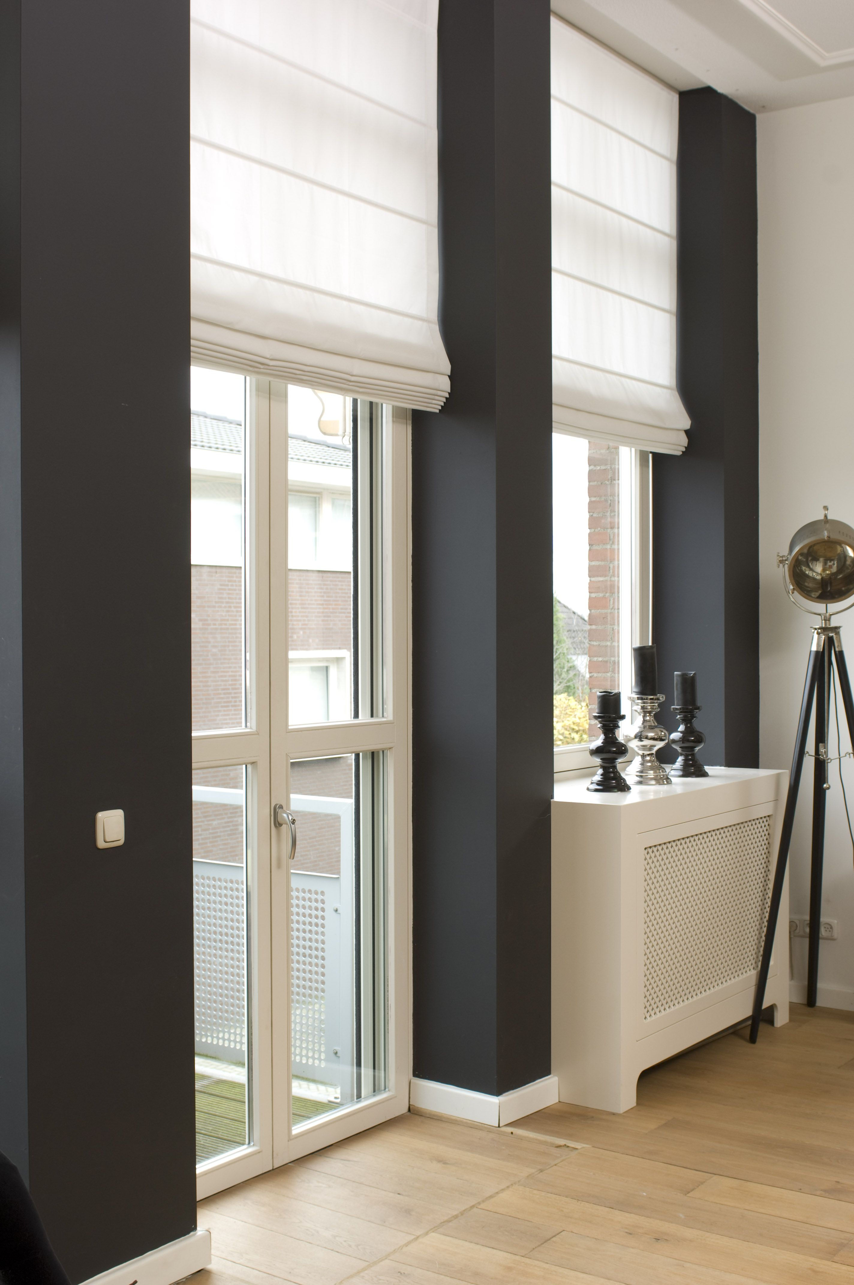 een modern strak interieur met mooie gordijnen