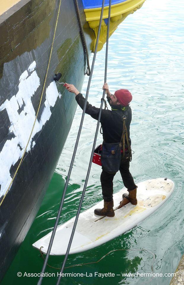 Dernière ligne droite avant le grand départ de L'#Hermione, l'#équipage termine la peinture de la coque.