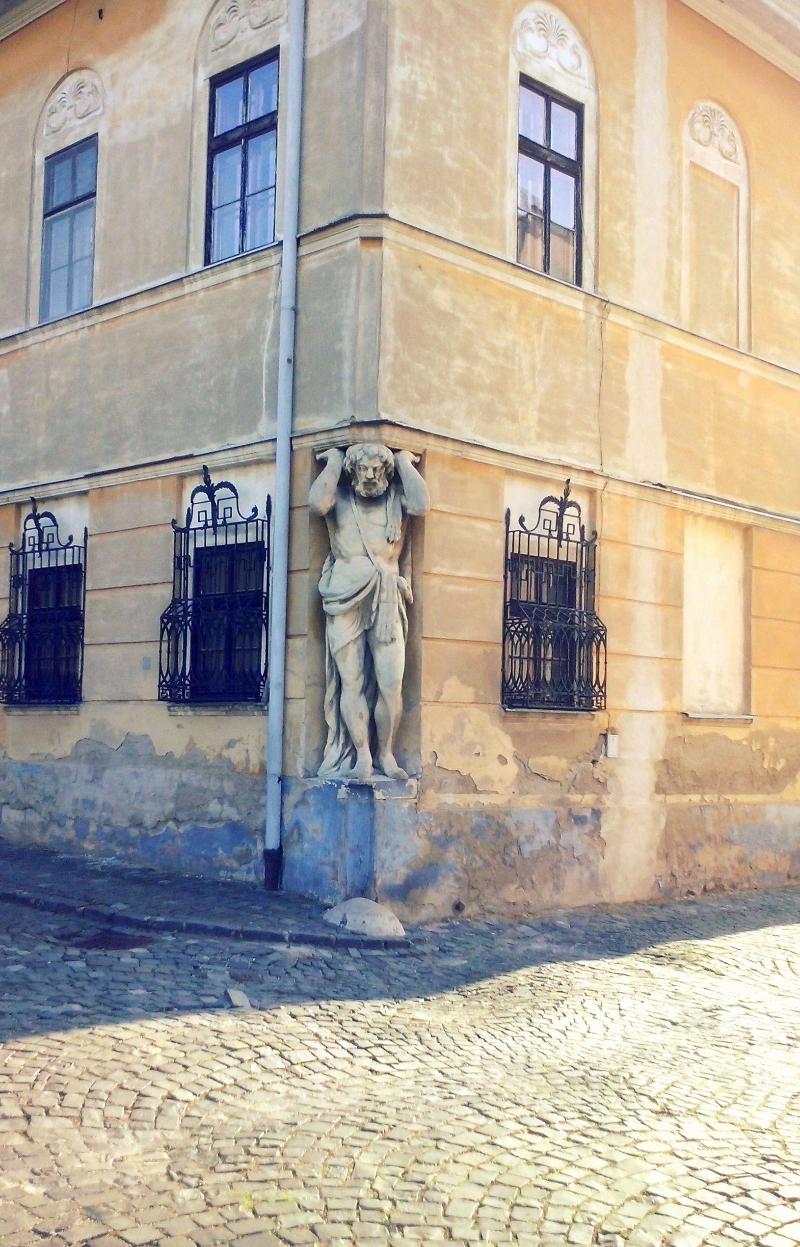 Žeby nejaký antický hrdina?  Je skvelé v meste nájsť aj pozostatky starej architektúry a vidieť ich udržiavané.