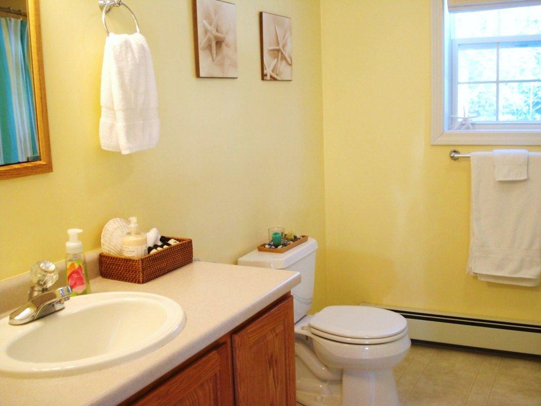 bathroom yellow walls | Decorations and Designs | Pinterest ...