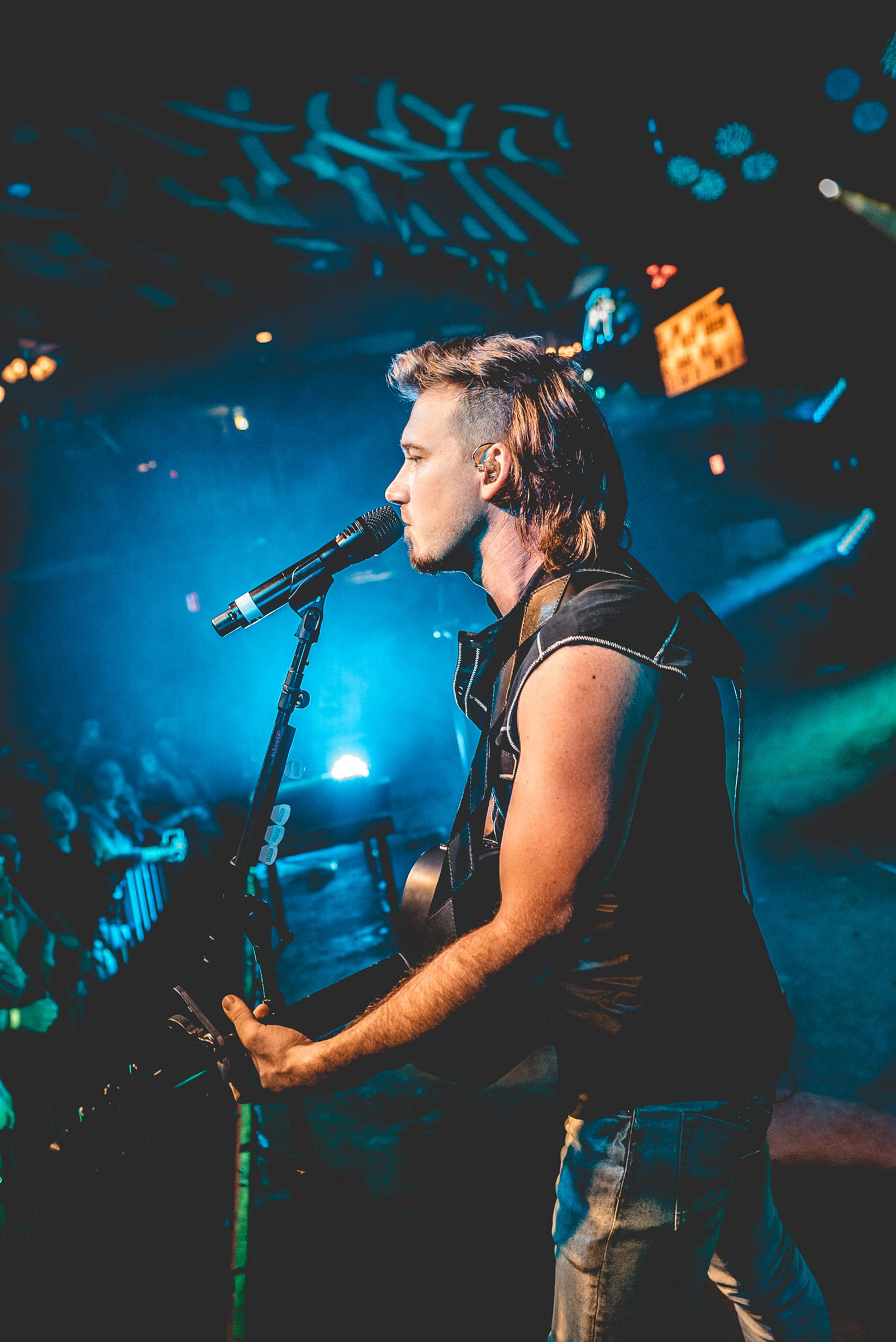Morgan Wallen Knocks Em Out Not Back With Whiskey Glasses On His Just Completed Tour Western Photo Cute Country Boys Western Wall Art