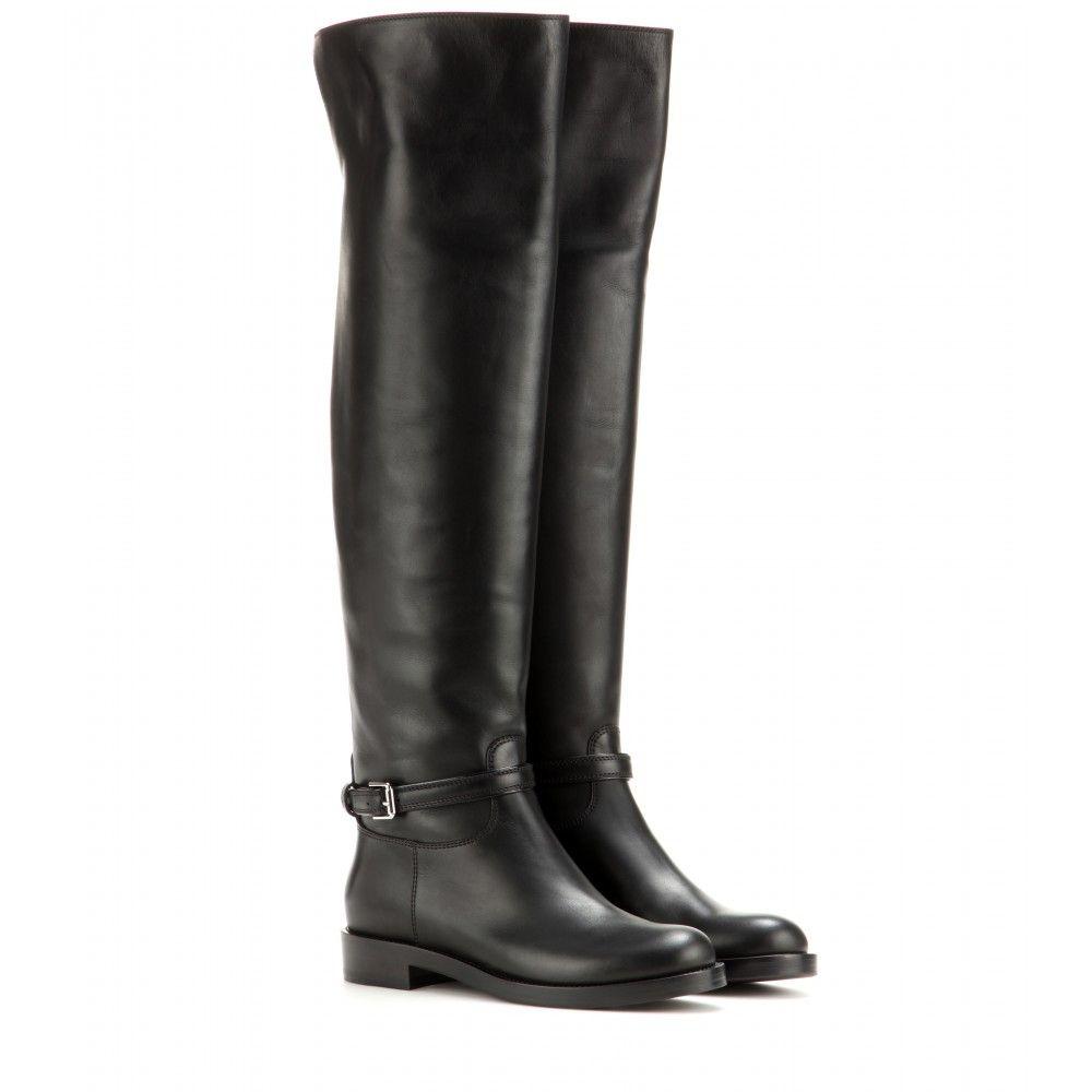 Die schwarzen Overknee Stiefel von Gianvito Rossi verbinden