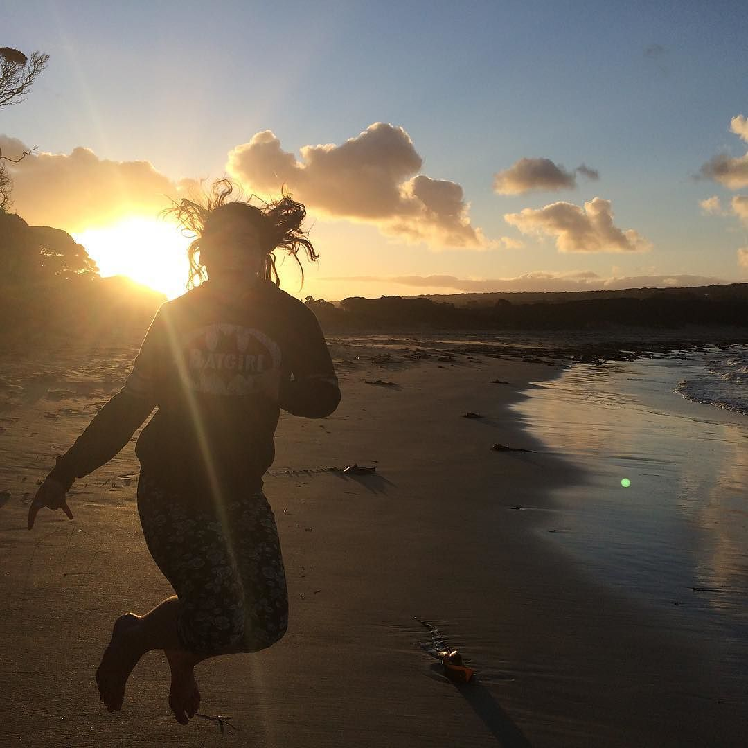 Tess. #sunlight #sun #sand #beach #sunset #pointroadknight #pointroadknightbeach #anglesea #jump #nofilter by giselleemma http://ift.tt/1KosRIg