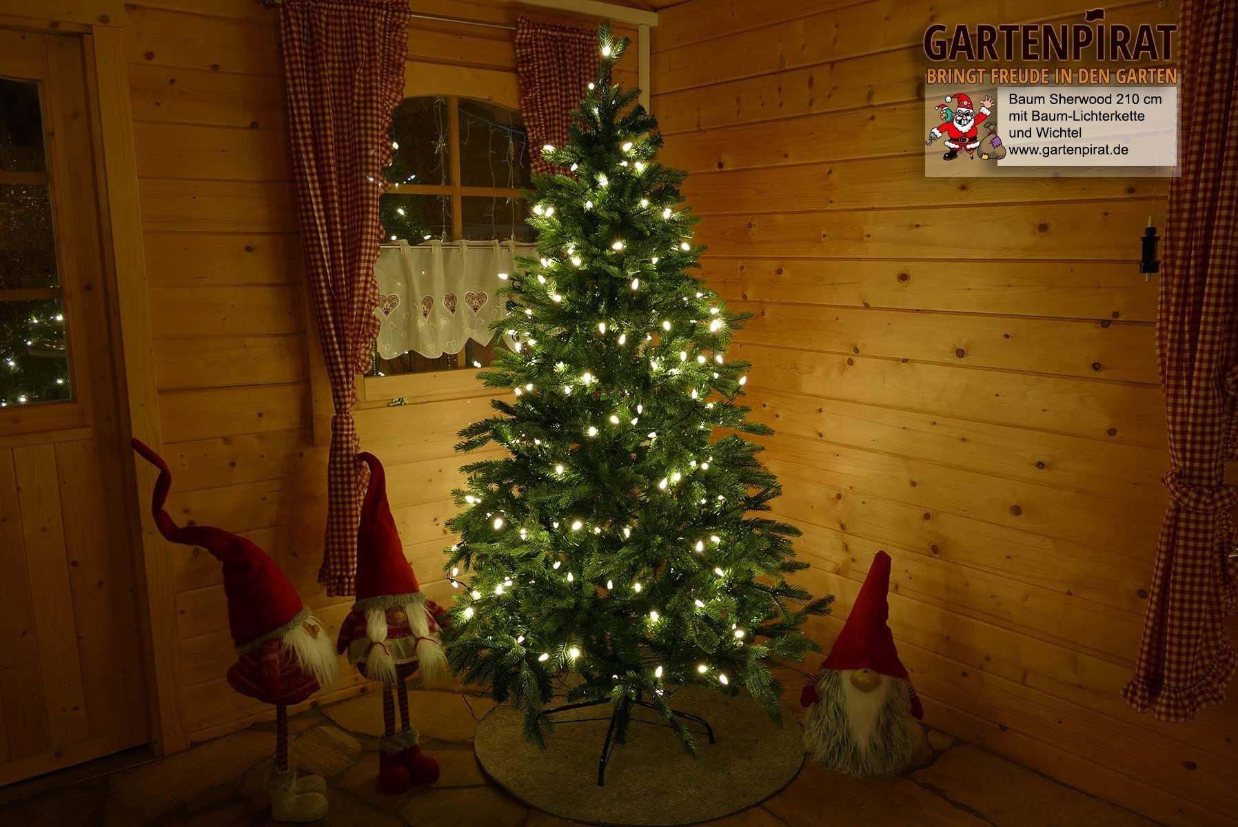 Geschmückter Künstlicher Weihnachtsbaum Mit Lichterkette.Künstlicher Weihnachtsbaum Geschmückt Mit Lichterkette