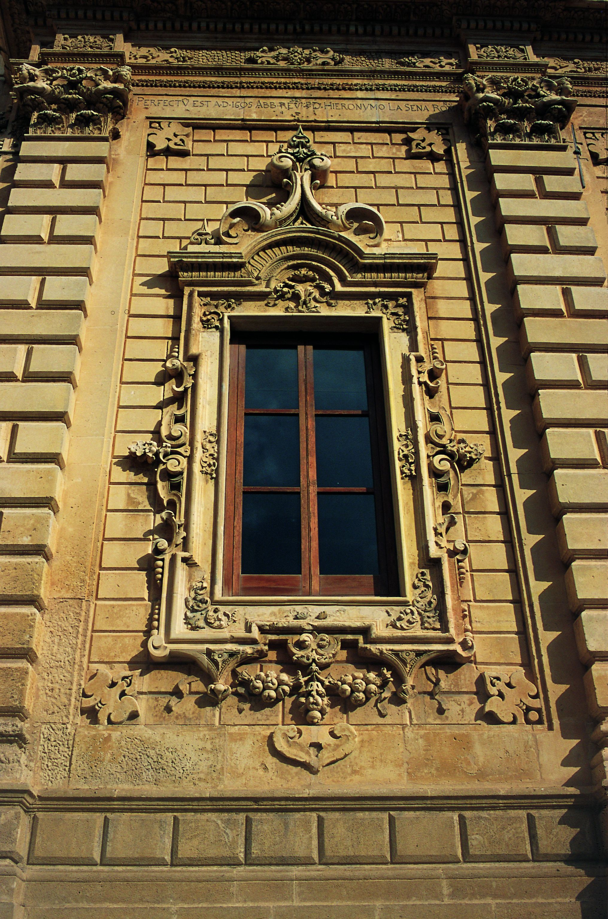 Lecce finestra barocca baroque window in lecce italy for Baroque architecture in italy