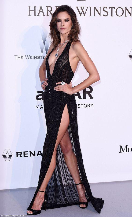 164895609 Alessandra Ambrosio veste Redemption , vestido longo preto, bordado, com  fenda e decote