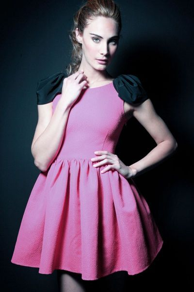 vestido fiesta rosa fucsia corto de vuelo con alas y escote en la espalda para invitadas de bodashttp://www.apparentia.com/outlet/mujer/vestidos/ficha/1430/vestido-vuelo-alas-aldora/